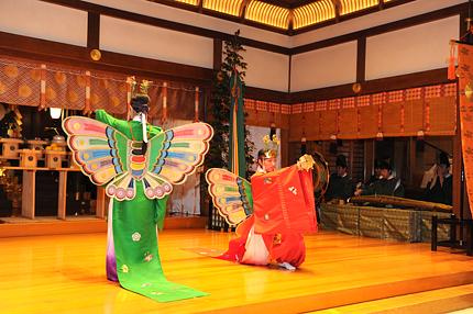 子孫繁栄の象徴である蝶の装束をまとった巫女が舞う、東京大神宮独自の舞。 かつての伊勢神宮祭主・北白川房子さまより賜った祝婚歌の調べにのせて舞います。